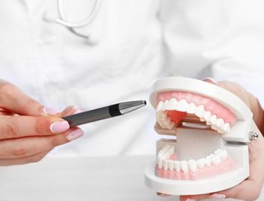 A melhor definição para prótese dentária é que ela é uma estrutura que tem por finalidade a substituição de parte de um dente  ou até mesmo de um ou mais dentes perdidos.