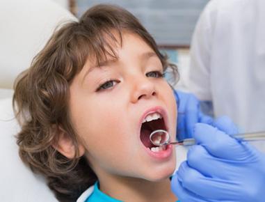 A odontopediatria é a especialidade da odontologia visa prevenir, diagnosticar, tratar e promover a saúde bucal das crianças, iniciando seus trabalhos com a gestante, recém-nascidos, crianças e até adolescentes (até 14 anos).